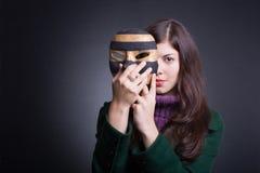 美丽的屏蔽妇女年轻人 免版税库存照片