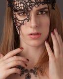 美丽的屏蔽妇女年轻人 免版税图库摄影