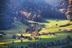 美丽的山农村风景看法在有村庄的阿尔卑斯 库存图片