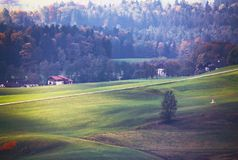 美丽的山农村风景Iew在有别墅的阿尔卑斯 图库摄影