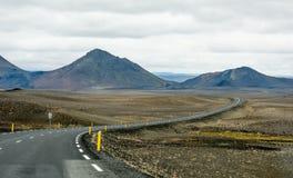 美丽的山和剧烈的天空沿路在冰岛 免版税库存照片