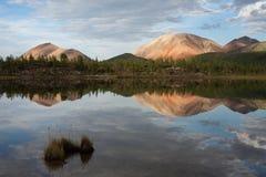 美丽的山和它的反射在镇静湖浇灌 免版税图库摄影