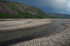 美丽的山和它的反射在镇静湖浇灌 库存图片