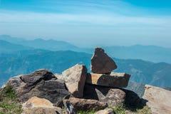 美丽的山和平衡的岩石arial射击 免版税库存图片