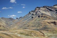 美丽的山和弯曲道路看法  库存照片
