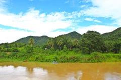 美丽的山和河在早晨 免版税库存照片