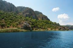 美丽的山和河风景射击 免版税图库摄影