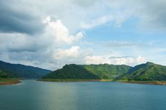 美丽的山和河nakhonnayok的 库存照片