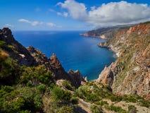美丽的山和海岸风景在利帕里岛供徒步旅行的小道,风神海岛,西西里岛,意大利 库存图片