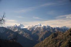 美丽的山在冬时的一个晴天 免版税库存照片