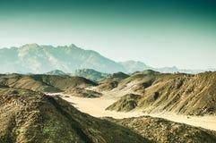 美丽的山在日落的阿拉伯沙漠 免版税图库摄影