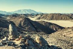 美丽的山在日落的阿拉伯沙漠 免版税库存图片