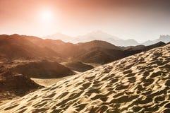 美丽的山在日落的阿拉伯沙漠 库存图片
