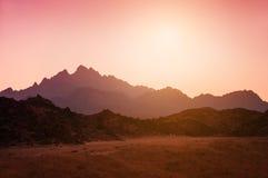 美丽的山在日落的阿拉伯沙漠 免版税库存照片