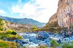 美丽的山在科尔卡峡谷,秘鲁在南美 免版税库存照片