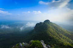 美丽的山在蓝天下 库存照片