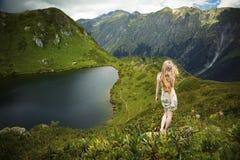 美丽的山妇女年轻人 库存图片