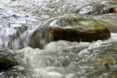 美丽的山小河细节  库存照片