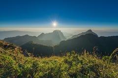美丽的山日落天空 免版税库存图片