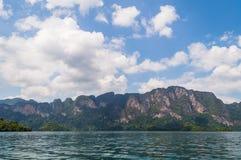 美丽的山湖河天空和自然吸引力在Ratchaprapha水坝在Khao Sok国家公园,素叻府, Th 库存照片
