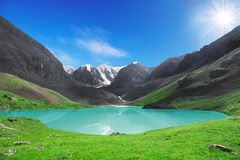 美丽的山湖 免版税库存图片