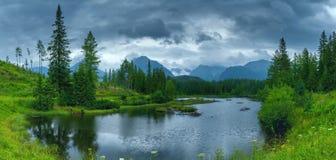 美丽的山湖Strbske普莱索全景照片夏天晚上 免版税库存照片