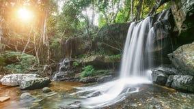 美丽的山瀑布在密林森林里 股票视频