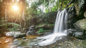 美丽的山瀑布在泰国 股票视频