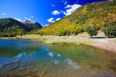 美丽的山的小山湖 免版税库存照片
