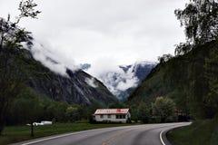 美丽的山的小村庄 免版税库存图片