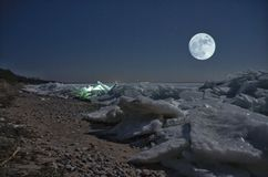 美丽的山脊冰和月亮 库存图片