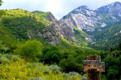 美丽的山行迹在春天 免版税库存图片