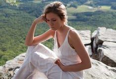 美丽的山风景视图妇女 免版税库存图片
