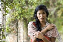 美丽的岛民和平的纵向妇女年轻人 免版税库存图片
