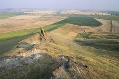 美丽的岩石和金黄领域 免版税库存照片