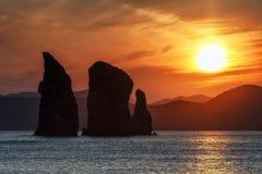 美丽的岩石在日落的太平洋 免版税库存图片