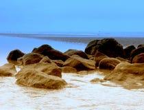 美丽的岩石在海运 图库摄影