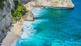 美丽的岩石在Atuh海滩的,努沙Penida,巴厘岛,印度尼西亚海洋 图库摄影