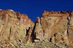美丽的岩石墙壁在蓝天下 库存图片