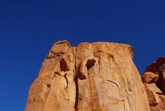 美丽的岩石墙壁在蓝天,亚利桑那下 库存照片