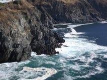 美丽的岩石海岸在白天 免版税库存照片