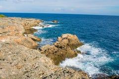 美丽的岩石陡峭的海岸和大波浪 库存照片