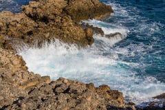 美丽的岩石陡峭的海岸和大波浪 免版税库存图片