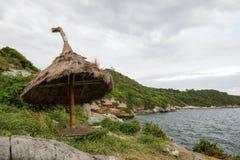 美丽的峭壁和可爱的小屋在酸值Sichang,春武里市,泰国 库存照片
