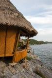 美丽的峭壁和可爱的小屋在酸值Sichang,春武里市,泰国 免版税库存图片