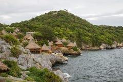 美丽的峭壁和可爱的小屋在酸值Sichang,春武里市,泰国 免版税图库摄影