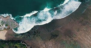 美丽的峭壁和波浪鸟瞰图  股票录像