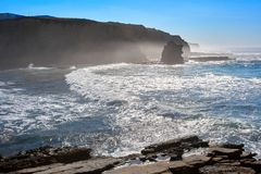 美丽的峭壁在葡萄牙的西海岸晃动并且挥动在Peniche 免版税图库摄影