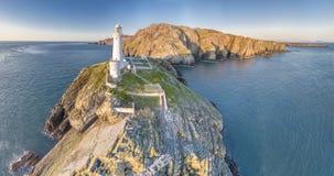美丽的峭壁的鸟瞰图接近历史的南堆灯塔的在Anglesey -威尔士 免版税库存照片