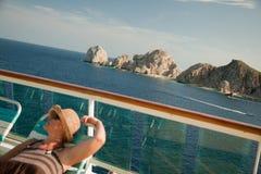 美丽的巡航甲板放松船妇女 免版税库存图片